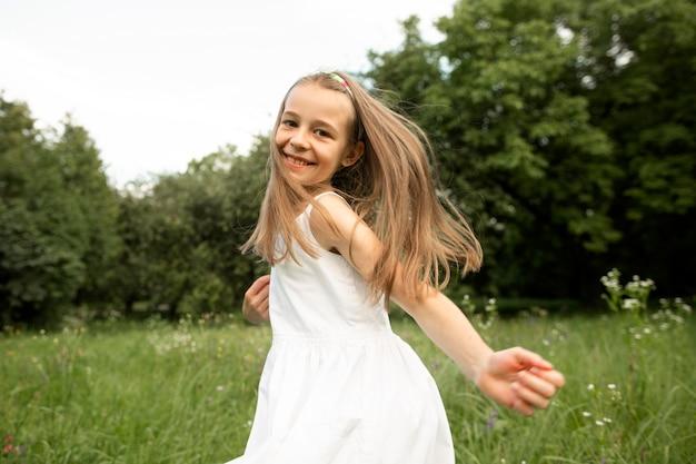 Красивая девушка в белом платье