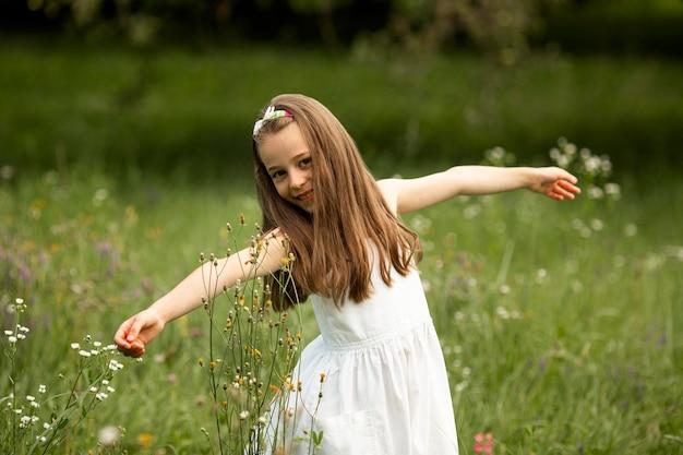 白いドレスを着ている美しい少女