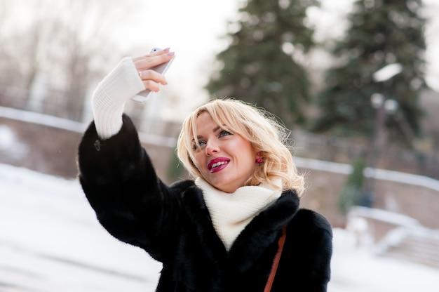 Красивая девушка зимнее селфи, блондинка, на открытом воздухе