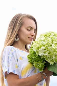 あじさいの花束を持つ美しい少女