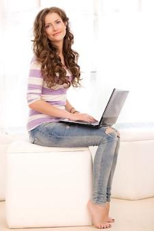 Красивая девушка с ноутбуком