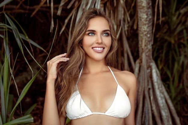 Snowwhite 미소로 아름다운 소녀가 해변에서 쉬고있다