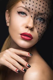 베일, 저녁 화장, 검정과 빨강 손톱을 가진 아름 다운 소녀.