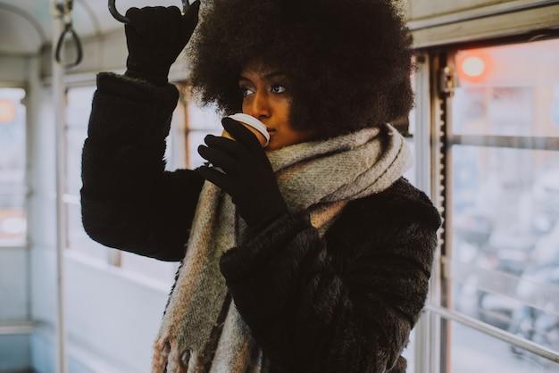 대 중 교통에서 아프로 머리 초상화와 아름 다운 여자