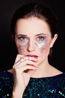 Красивая девушка с художественным макияжем. лицо крупным планом
