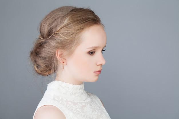 ブライダル ヘアスタイルの美しい少女の自然な美しさ