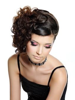 明るいグラマーアイメイクとモダンなヘアスタイル、ハイアングルの肖像画で美しい少女