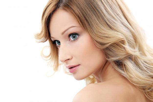 Красивая девушка с чистой и идеальной кожей
