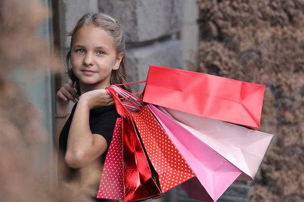 街のカラーバッグを持つ美しい少女