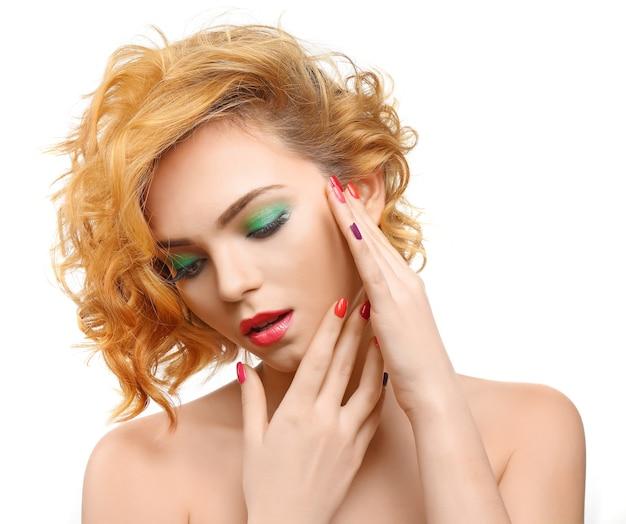 Красивая девушка с красочным макияжем, маникюром, на белом