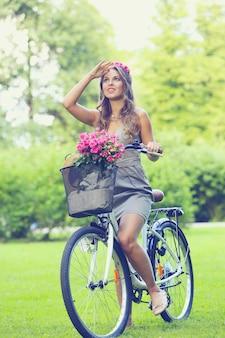 自転車の花で美しい少女
