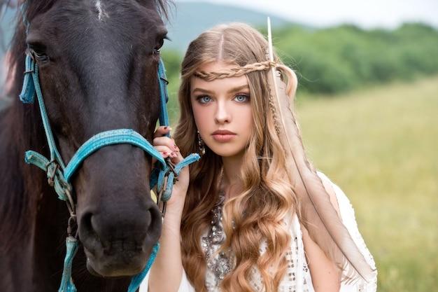 馬を持つ美しい少女。自由奔放に生きるスタイル。夏の時間。