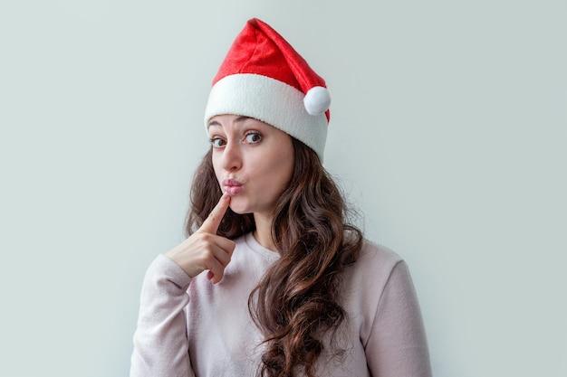 Красивая девушка с длинными волосами в красной шляпе санта-клауса, изолированные на белом фоне