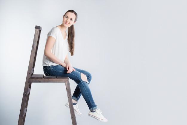 계단에 앉아 긴 머리를 가진 아름 다운 소녀