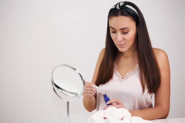 自宅でナチュラルメイクで美しい少女美容とスキンケアのコンセプト