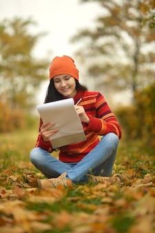 Красивая девушка с запиской в осеннем парке