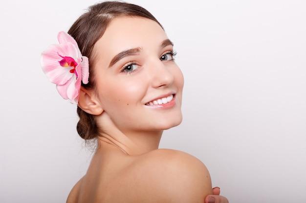 난초 꽃과 함께 아름 다운 소녀입니다.