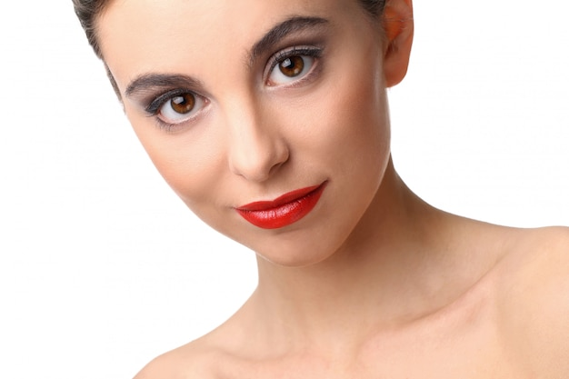 Красивая девушка с идеальной кожей и красной помадой