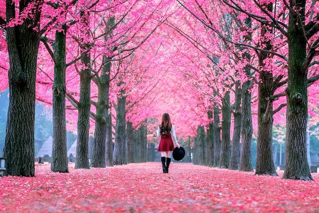 Bella ragazza con foglie rosa a nami island, corea del sud