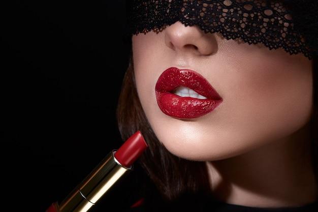 赤い唇を持つ美しい少女