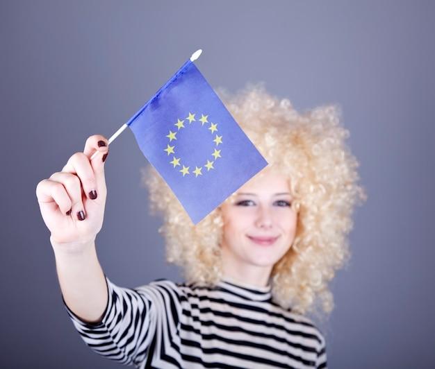 リングレットを持つ美しい少女は、欧州連合の旗を示しています。
