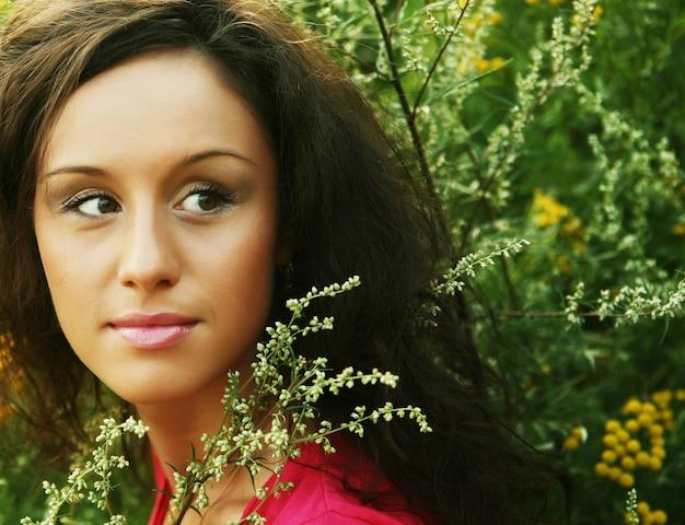 Красивая девушка с улыбкой. открытый.