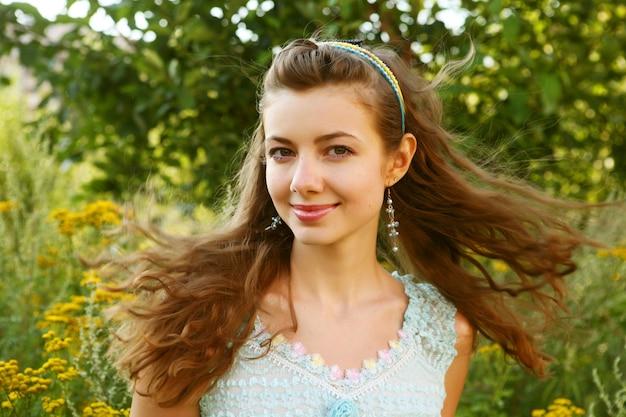Красивая девушка с улыбкой. летний день. Premium Фотографии