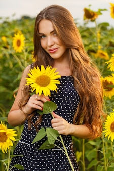 Красивая девушка с подсолнухами