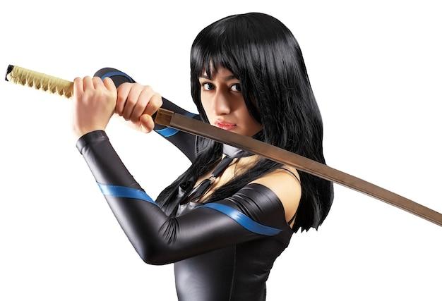 Красивая девушка с мечом на белом фоне