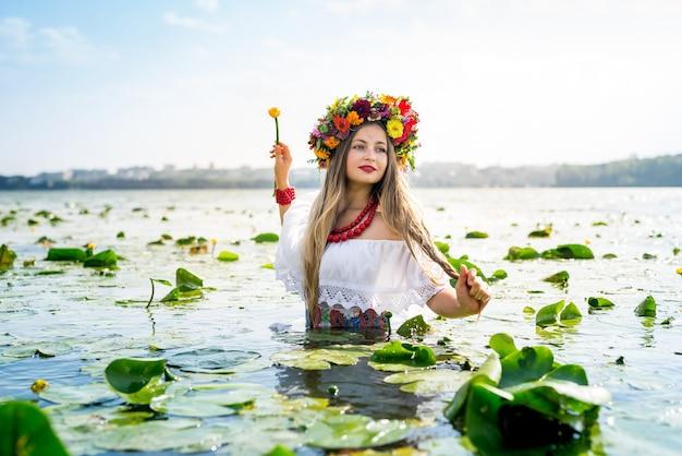 수련 물에 서있는 아름 다운 소녀