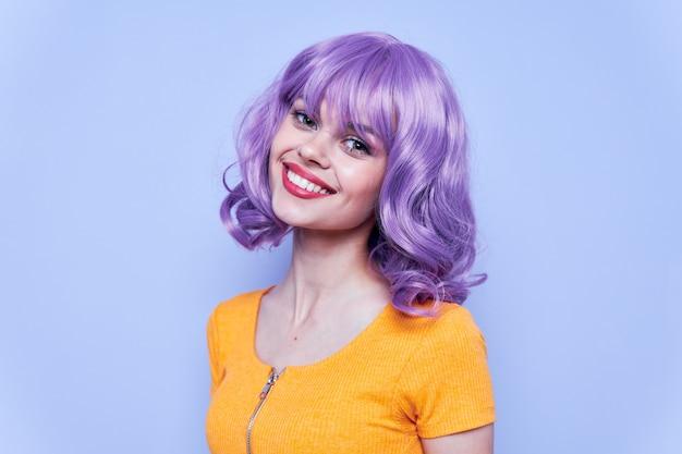 黄色のtシャツと紫色の髪を笑顔で美しい少女