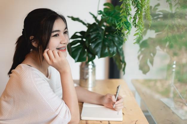 Красивая девушка работает за столом в кафе