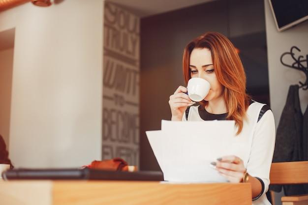 Красивая девушка работает в офисе