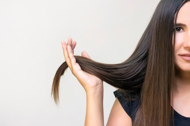 빛나는 갈색 직선 긴 머리를 가진 아름 다운 소녀 젊은 여자