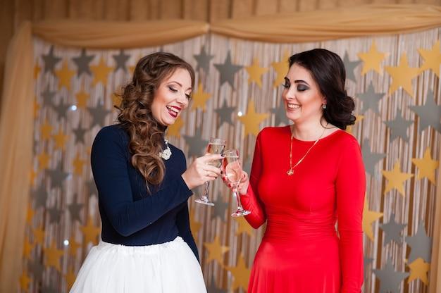 Красивые девушки пьют шампанское