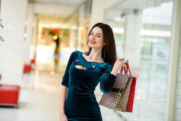 美しい女の子がモールで買い物をしています。
