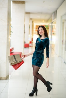 Красивые девушки делают покупки в торговом центре.