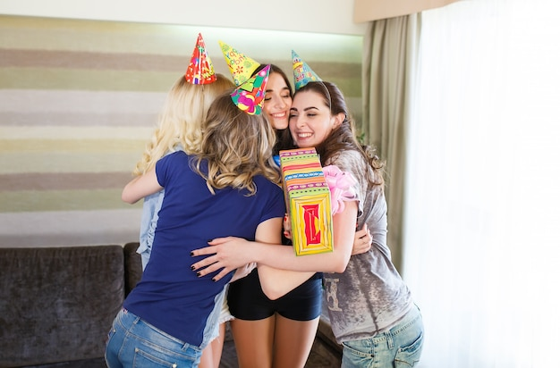아름다운 소녀들은 여자 친구의 생일에 선물을 제공합니다.