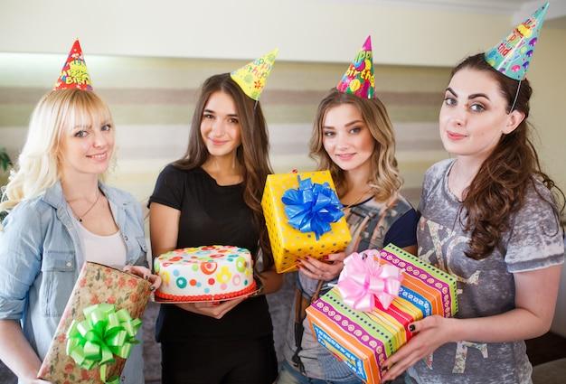 아름다운 소녀들은 그의 여자 친구의 생일에 선물을 제공합니다.