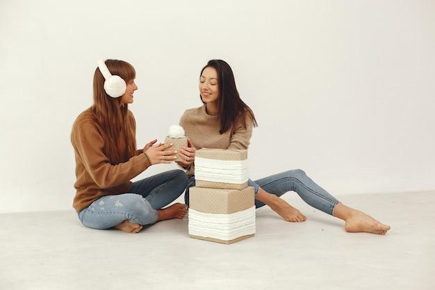 Belle ragazze si divertono in uno studio con i regali