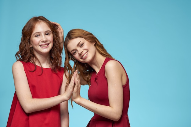 Красивые девушки в одинаковых одеждах, пара девушек