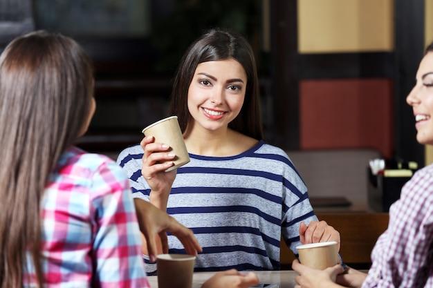 카페에서 말하는 아름다운 소녀