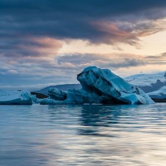 Красивая ледниковая лагуна в исландии с пасмурным небом