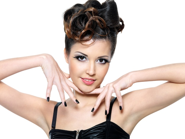Красивая девушка очарования с черными ногтями. модный макияж глаз