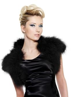 Bella donna glamour in abito nero con pelliccia e acconciatura riccia