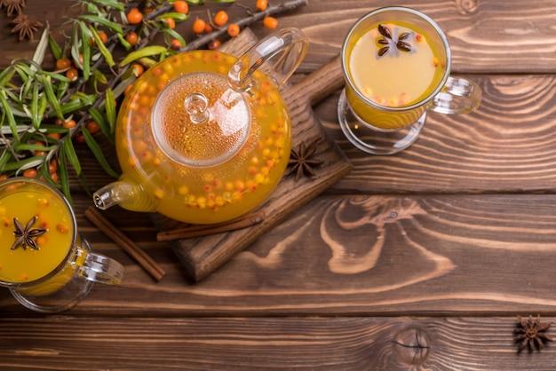 シーバックソーンティーと美しいガラスのティーポット。暑い冬の飲み物、トップwiev