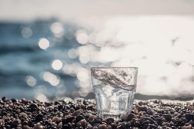 氷と純粋なミネラルウォーターの美しいガラス