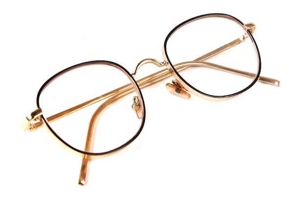 白い背景で隔離の美しいメガネ