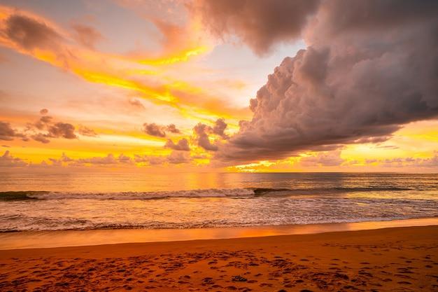 夕方の海の上の美しい輝かしい黄金の夕日と黄金の時間