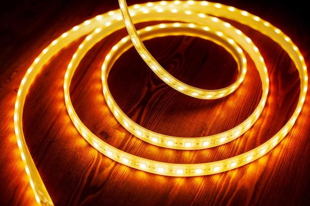 Красивая светящаяся светодиодная лента теплого света для монтажа декоративного освещения дома, офиса и других темных мест.